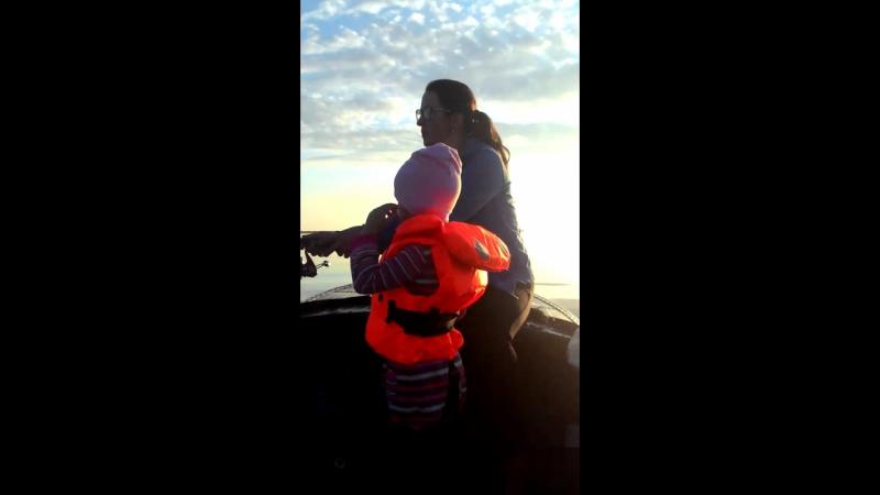 доченька на рыбалке