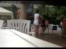 Девушка без комплексов, танцующая в летнем кафе.