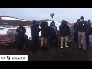 ABC news stands behind police filming water protectors and not the policeABC新聞記者在警察後面拍水的保護者而不是拍警察