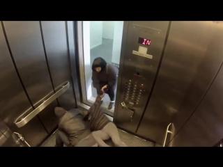 Розыгрыш - нападение маньяка в лифте