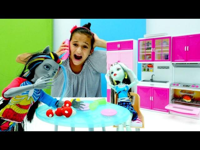 Monster High Oyuncakları 🍄 Neyton ve Frankie Stein mantardan zehirlendiler Yemek pişirme oyunu