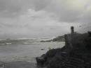 Большая волна уносит людей в море