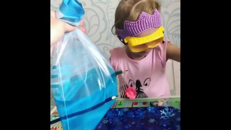 Вы соскучились по экспериментам с детьми?😊 Мы нашли для вас еще одну удивительную инструкцию - как удержать воду в дырявом пакет