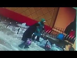 На пенсионерку в Воронеже внезапно упала глыба льда женщина рухнула на землю уд ...