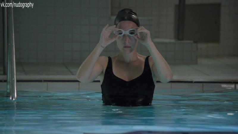 Джиллиан Андерсон (Gillian Anderson) в купальнике в сериале