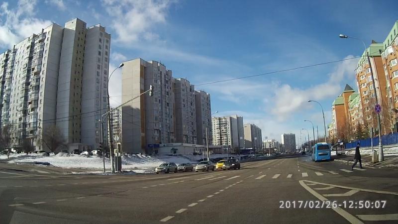 Трэш разворот на перекрёстке Старокачаловская-Старобитцевская.