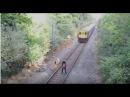 За секунду до смерти В Италии работник железной дороги спас невнимательного велосипедиста