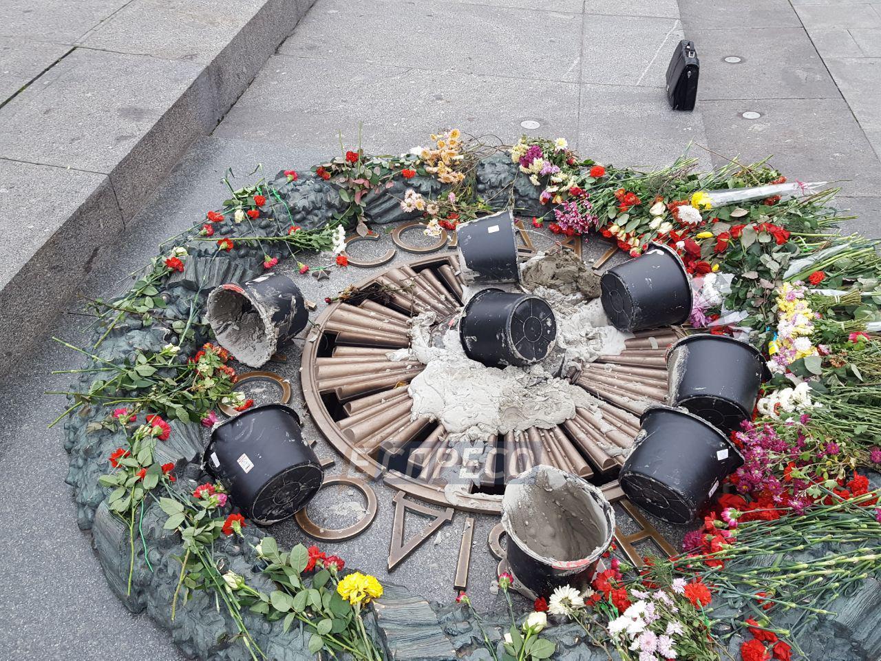 Вечный огонь в парке Славы в центре Киева повторно залили цементом