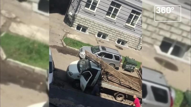 Омские водители-мушкетеры устроили схватку на битах и досках