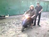 Девка врезалась скутером)))