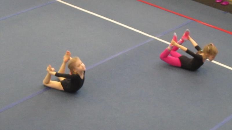 Юные гимнастки нашей спортшколы. Шпагат.