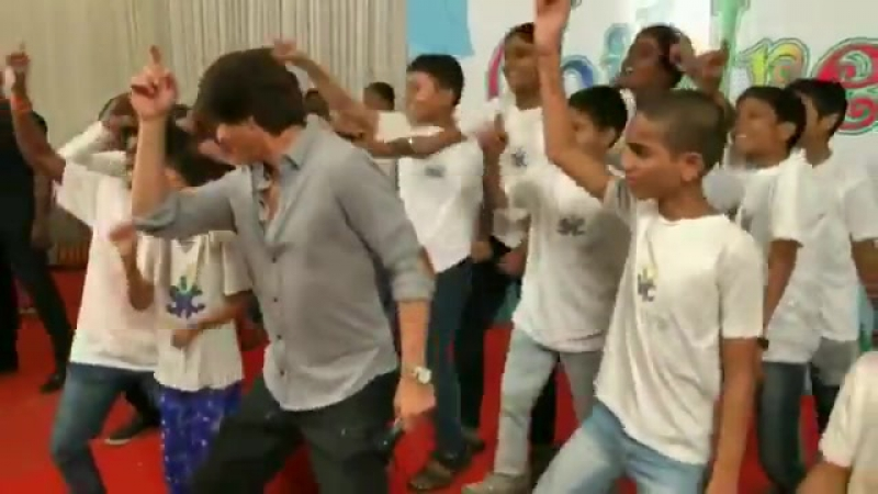 Shah Rukh Khan at Childrens Day with a NGO in Mumbai 5