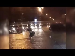 Пешеход на двух руках перешёл затопленную улицу в Алматы