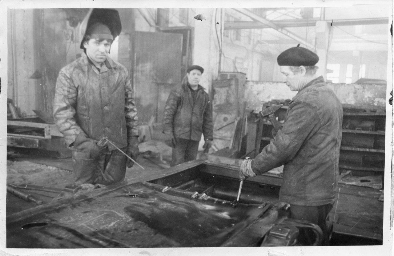 """Фото с заводской доски почета. Ремонтно-механический завод, г.Кунгур. Дед — справа, в берете. Дед до выхода на пенсию был бригадиром сварщиков, его прозвали """"Гошка Бугор""""."""