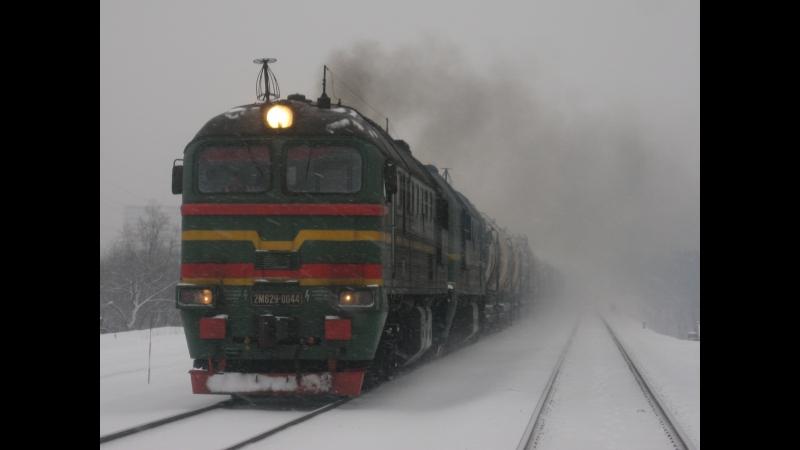 Тепловоз 2М62У-0044 с грузовым поездом следует по перегону Ростокино-Владыкино. Видео от 08.12.2013.