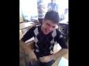 Пацан угарно смеётся в школе