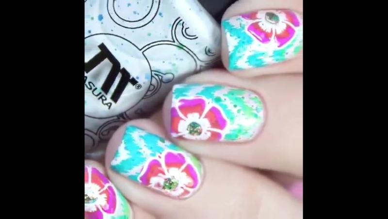 Градиентные цветовые переливы принт имитация знаменитого восточного адраса и элементы цветочного маникюра от @nail muse