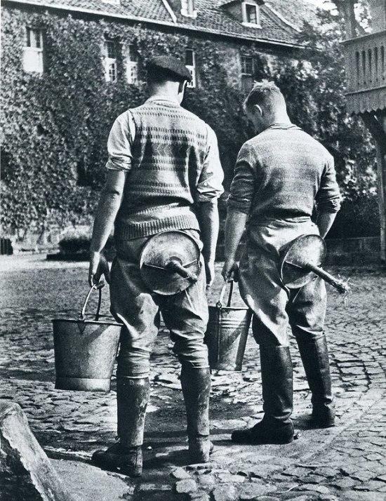Студенты сельскохозяйственного института со стулом для доения, 1934