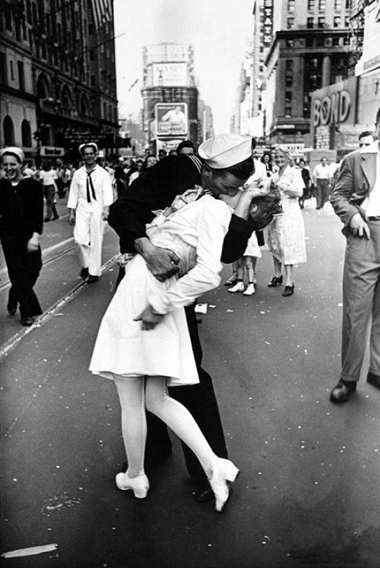Поцелуй на Таймс-сквер в День Победы, Нью-Йорк, 1945
