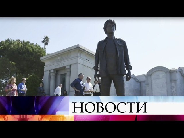 НаГолливудском кладбище вЛос-Анджелесе установили памятник трагически погибшему актеру А.Ельчину.