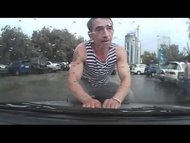 Пьяный ВДВшник лезет на машину в луже