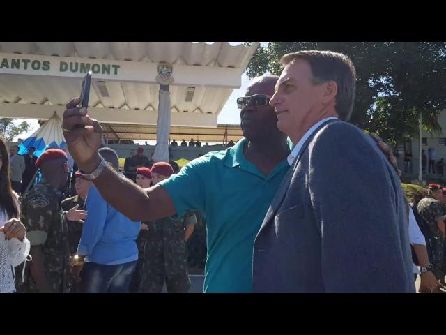 Veja o exato momento em que Bolsonaro agride um negro pelas costas