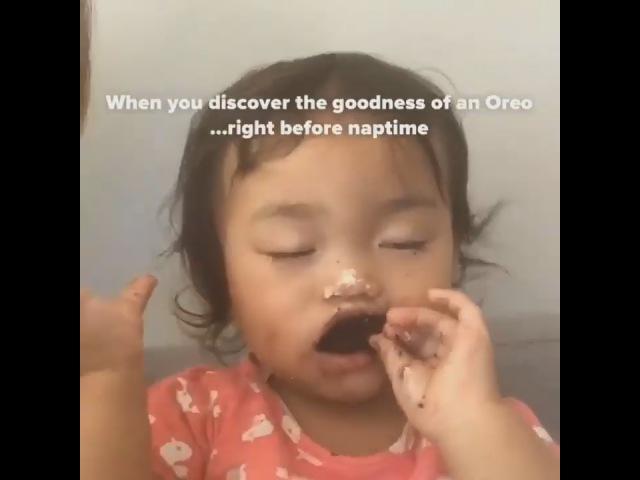 Девочка ест Оrео