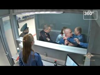 #яжебатя - пьяный пассажир на глазах детей устроил дебош в аэропорту Новосибирска
