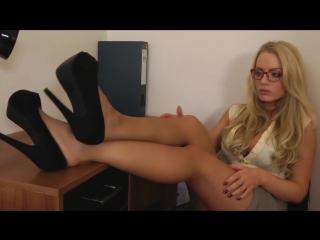 Секретарша дразнит своими ножками + массаж ступней [Hannah Claydon, foot fetish, femdom, feet, фут фетиш]