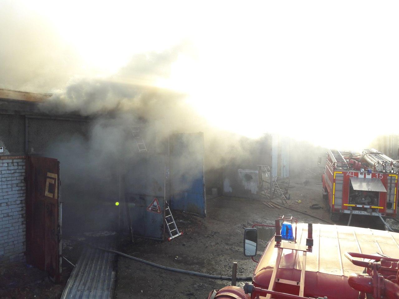 Появилось фото пожара в Тюмени, где на улице Гилевская роща полыхал склад