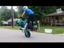Трюкачи на мотоциклах.