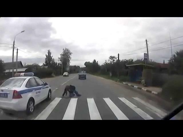 Иномарка вылетела на тротуар и сбила пешеходов в Санкт-Петербурге