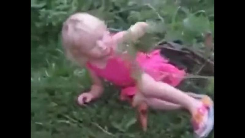 Маленькая девочка упала и материться