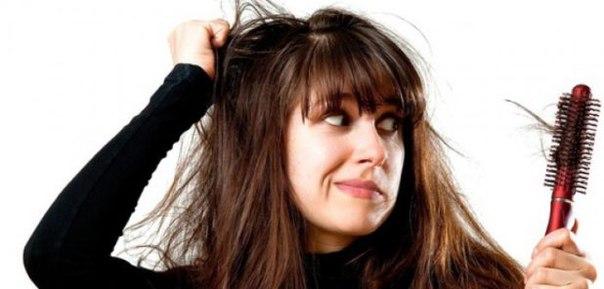 СОВЕТЫ ТРИХОЛОГА ПРИ ВЫПАДЕНИИ ВОЛОС.  Если вы будете соблюдать простые правила, то риск потерять волосы уменьшится в разы. Хочу отметить также, что это не временная терапия, а постоянные процедуры. Итак:    Польза фруктов для волос 1. Для того чтобы мы были здоровы, нам необходимо получать питание: это витамины, микро и макроэлементы и других важные для жизнедеятельности организма вещества. Существуют главные витамины и для ваших волос. Это витамины А, витамины группы В (В1, В2, В5, В6, В8, В9 и В12), витамины С, Е и РР. Есть разработанный ежедневный рацион, в который входят продукты, содержащие все эти полезные вещества и витамины.  Так, любимые нами диеты, которые позволяют нам за короткий срок получить результат, убивают наши волосы, ногти и кожу. Витамины и минералы, которые мы тоже ограничиваем в повседневном рационе, борясь с лишними калориями, потребуют компенсации в самые ближайшие сроки.  2. Ежедневная процедура, такая как расчесывание, должна проходить не реже 3-4 раз в день. Особенно важно использовать натуральные и хорошо обработанные деревянные расчески-гребни. Практикуйте аромо расчесывание, при котором вы сможете добавлять к массажу еще и питание. Это могут быть витамины, добавленные в масляные растворы различных растений.    Обратите внимание на структуру ваших волос. Длинные волосы всегда расчесывайте от середины к кончикам, а потом добирайтесь до корней. Вечером массажируйте волосы специальными массажными щетками. Такой массаж — отличное успокоительное средство перед сном.    Никогда не расчесывайте волосы пока они мокрые. Обязательно смывайте шампунь бальзамом или раствором, который облегчит процесс расчесывания. Дайте волосам дополнительный кислород. Используйте любую возможность расчесывания на свежем воздухе.    Мытье волос в китайской бане 3. Правильно мойте голову. Трихологи считают, что каждодневное мытье волос также может послужить началом заболевания. В первую очередь страдает защитный слой, который уничтожает вода. Голова не успевает выр