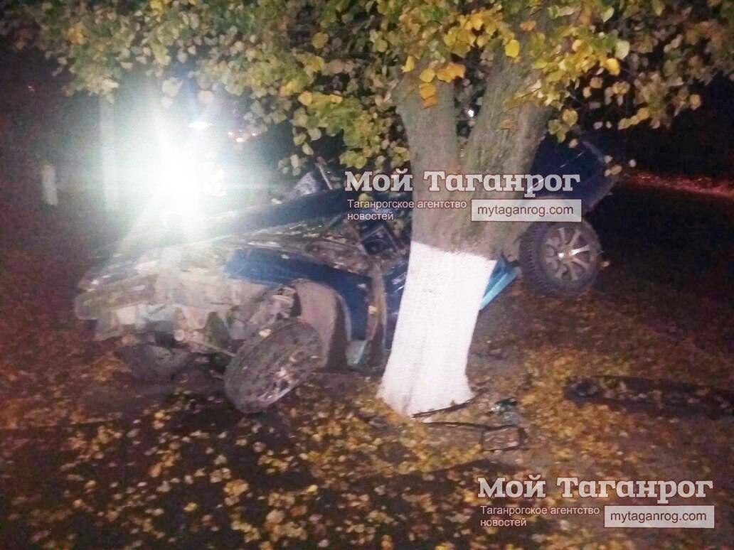 Под Таганрогом «ВАЗ-21102» на большой скорости врезался в дерево, двое погибших молодых людей