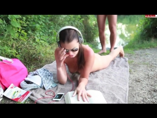 порно девушка слушала музыку