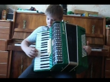 Илюша играет на аккордеоне.
