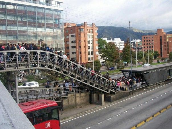 Heure de pointe à une station du Transmilenio (système de transport en commun), à Bogota.