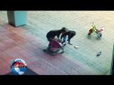 На лестнице кемеровского ТЦ опрокинулась коляска с ребенком