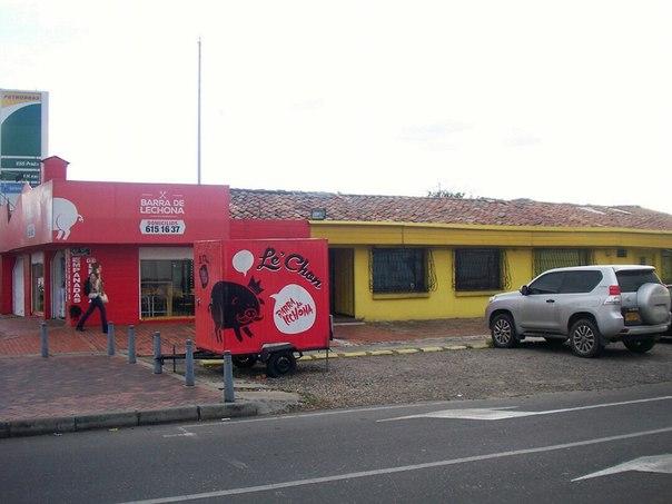Le long de l'autopista norte, à Bogota, petit restaurant de lechona (plat typique de la région Tolima, Colombie)