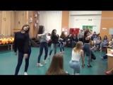 "Девочки 10""В"" танцуют в школе CL - Hello Bitches"