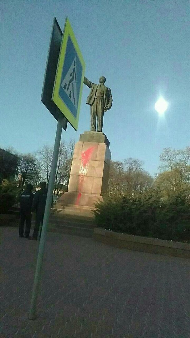 Не уберегли... Ночью в Бресте неизвестные облили краской памятник Владимиру Ленину