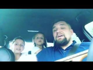 Рэпер Василий Вакуленко и его дочери - 7-летняя Мария и 4-летняя Василиса испол