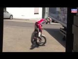 Парень отжигает на мотоцикле на заводе Ликви Моли