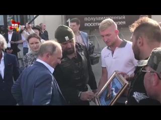 Путин в Севастополе общается с байкерами на мемориале 35-я батарея