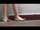 美女故意把脚踩的很脏 回来让脚奴享受脚上的原味