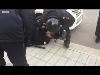 Один из участников антикоррупционного шествия в Москве ударил сотрудника полиции ногой по голове. Тот потерял сознание.