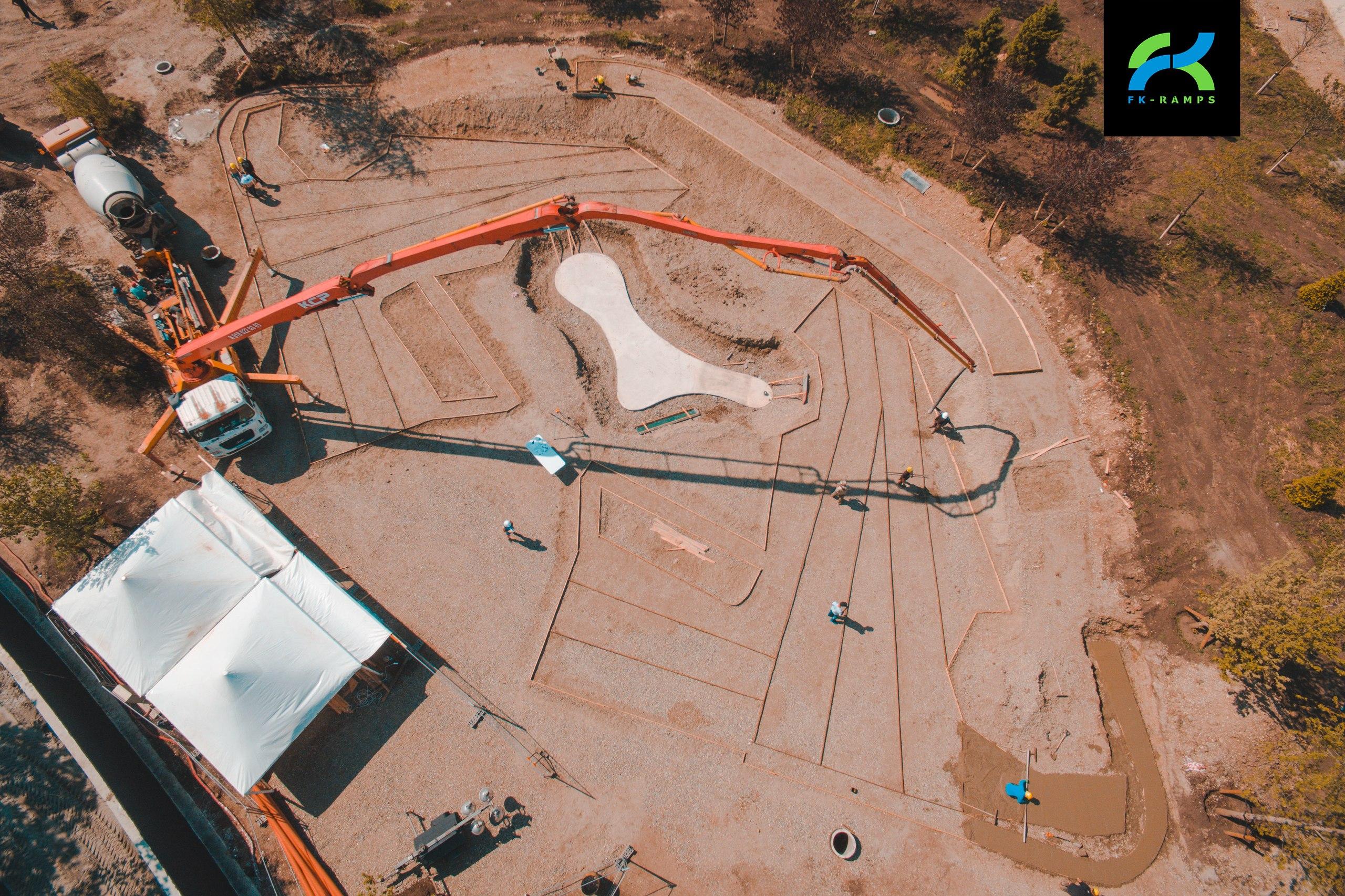 Шпионский кадр со строительства нового бетонного скейт-парка