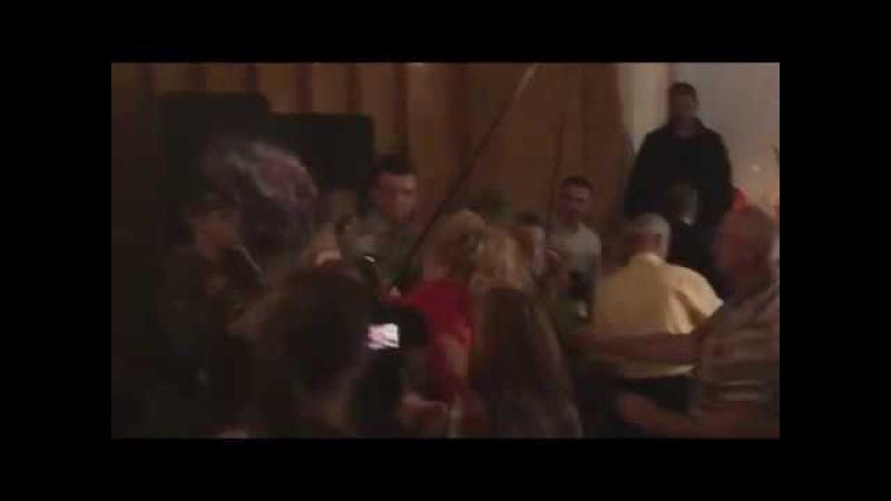 Работница исполкома Славянска разбила грамоту об голову активистки