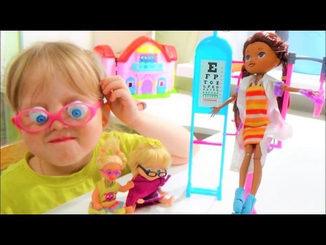Что в коробке для детей. Доктор Плюшева лечит кукол. Видео для детей